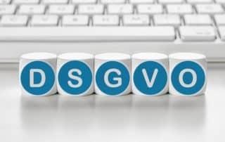 DSGVO-Buchstabenwürfel vor einer Tastatur